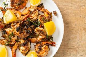 crevettes jerk ou crevettes grillées à la jamaïque avec du riz photo