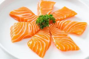 sashimi cru de saumon frais sur plaque photo