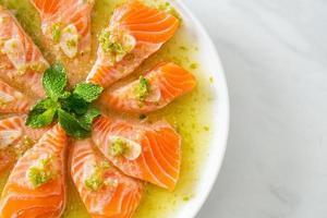 saumon épicé en sauce salade de fruits de mer photo