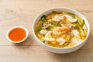 soupe sukiyaki avec bol de fruits de mer photo