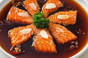 shoyu mariné au saumon ou sauce soja marinée au saumon photo