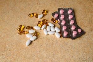 capsules sur une table avec un motif de sable photo