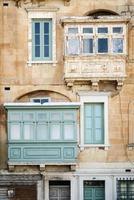 Détail de l'architecture de la fenêtre de la maison traditionnelle dans la vieille ville de La Valette à Malte photo