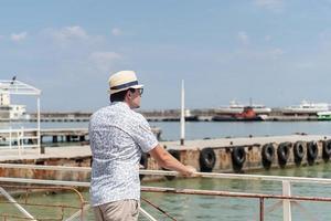 touriste marchant dans le port de mer, bateaux et yachts en arrière-plan photo