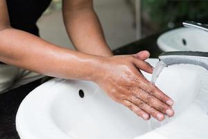 se laver les mains avec du savon. photo