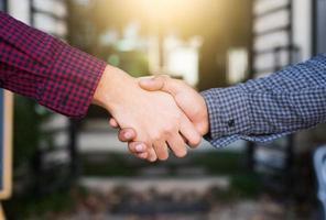 deux jeunes hommes d'affaires asiatiques se serrant la main photo