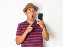 les hommes asiatiques utilisent des smartphones. photo