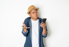 homme asiatique heureux avec son smartphone sur fond blanc. photo
