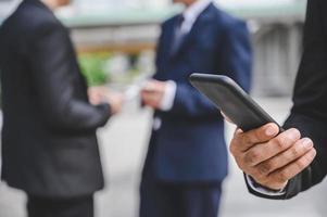 les groupes d'entreprises utilisent des téléphones portables photo