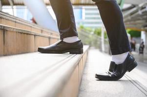 les gens d'affaires qui montent les escaliers photo