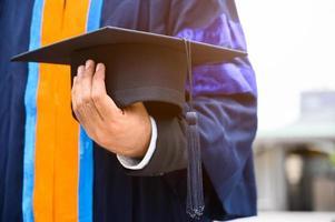 fermer l'obtention du diplôme tenant le concept d'éducation de cap photo