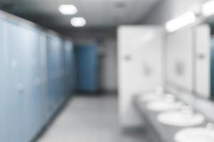 toilettes publiques et salle de bain intérieure avec lavabo et salle de toilette. photo
