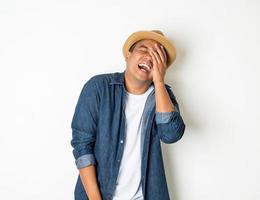 homme qui rit sur fond blanc photo