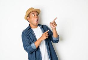 homme excité sur fond blanc photo