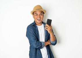 homme heureux tenant un téléphone photo