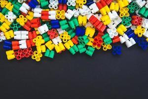 blocs de plastique multicolores sur fond noir photo
