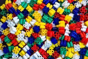 blocs de construction en plastique multicolores comme texture de fond photo