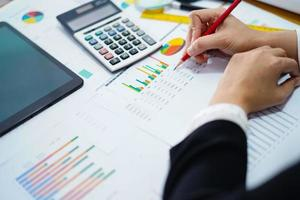 comptable asiatique travaillant et analysant le projet de rapports financiers photo