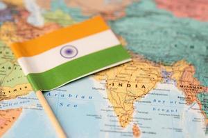 drapeau indien sur fond de carte du monde. photo