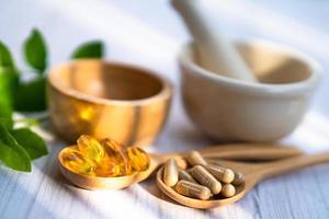 médecine alternative à base de plantes bio capsule vitamine e oméga 3 huile de poisson photo