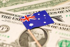 drapeau de l'australie sur les billets de banque en dollars américains photo
