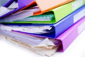 Pile de reliure de dossier de fichiers de plusieurs couleurs sur une table au bureau. photo