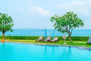 chaise, piscine et parasol autour de la piscine photo