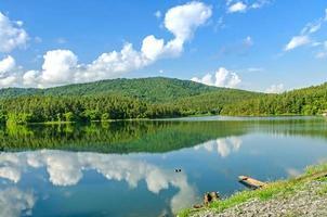 paysage du barrage et du lac sur la montagne avec arbre et forêt. photo