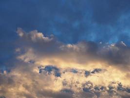 ciel bleu dramatique avec fond de nuages photo