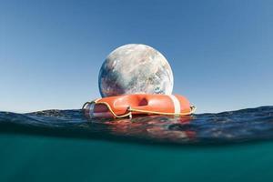 planète avec bouée de sauvetage dans l'océan photo