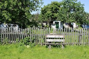 belle vieille porte de maison abandonnée dans le village photo