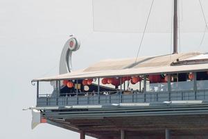 restaurant en forme de navire avec une voile sur le remblai photo