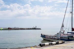 remblai et yachts club sur la côte de la mer noire de yalta photo