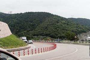 paysage avec route sur la colline photo