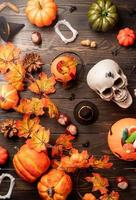 Halloween citrouilles et bonbons vue de dessus sur bois noir photo