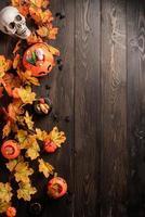 décorations de vacances d'halloween avec vue de dessus de citrouilles et de bonbons photo