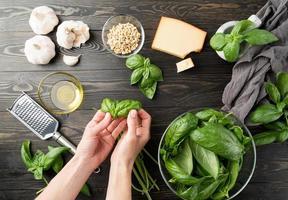 préparation étape par étape de la sauce pesto italienne photo