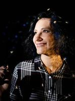 portrait d'une belle jeune femme avec des guirlandes lumineuses avec une ombre photo