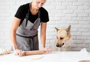 femme pétrir la pâte à la maison photo