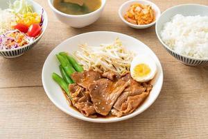 porc teriyaki aux graines de sésame, pousses de haricot mungo, œuf dur photo