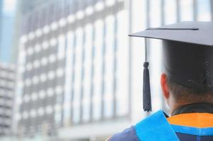 vue arrière des diplômés se joignent à la cérémonie de remise des diplômes à l'université. photo