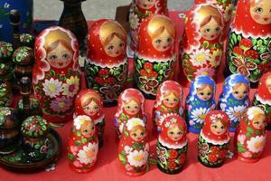 des jouets du peuple slave, des poupées folkloriques matriochka sont vendues photo
