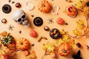 décorations de vacances avec citrouilles et bonbons, vue de dessus sur fond orange photo
