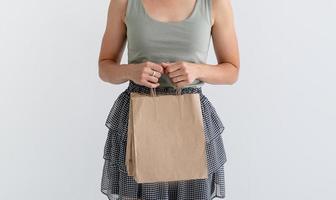femme tenant des sacs à provisions écologiques photo