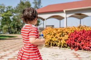adorable petite fille asiatique dansant dans le parc photo
