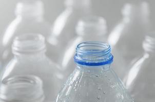 bouteilles vides à recycler, campagne pour réduire le plastique et sauver le monde. photo
