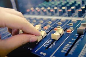 console de mixage audio et mixage sonore avec boutons et curseurs. photo