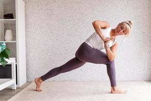 jeune femme séduisante pratiquant le yoga, portant des vêtements de sport photo