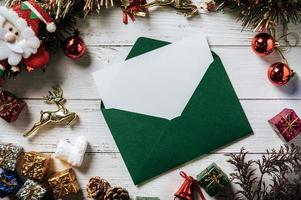 carte de maquette avec carte d'invitation avec boutique de cadeaux sur fond blanc photo