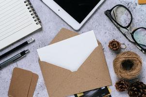 carte postale, papeterie et carte de crédit photo